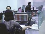 Thị trường chứng khoán sụt giảm mạnh trong những ngày qua khiến các doanh nghiệp khó gọi thêm vốn. Ảnh: THÀNH HOA