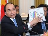 Thủ tướng Nguyễn Xuân Phúc dùng hình ảnh đôi giày để minh họa lợi nhuận của các nhà đầu tư Hoa Kỳ tại Việt Nam, ngày 30/5/2017. Ảnh: VGP/Quang Hiếu