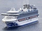 Tàu Diamond Princess với 3.700 khách bị cách ly phải neo đậu trên biển (Ảnh: AP)