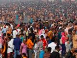 Tụ tập đông người, không mang khẩu trang, không giữ khoảng cách...là một trong những nguyên nhân khiến dịch lan nhanh (Ảnh: AP).