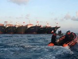Tàu cảnh sát biển Philippines tập trận đến sát các tàu dân quân biển Trung Quốc (Ảnh: AP).