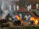 Các lò thiêu tạm thời do quân đội vận hành nổi lửa suốt ngày đêm (Ảnh: AP).