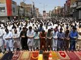 Bất chấp dịch bệnh, người dân Pakistan ở Peshawa hôm 7/5 tập trung kín bên trong và phía ngoài nhà thờ để cầu nguyện (Ảnh: AP).