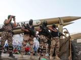 Các chiến binh Hamas diễu hành tại Gaza cùng tên lửa kiểu mới (Ảnh: 163.com).
