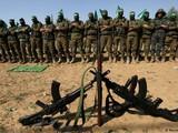 Các chiến binh Hamas ở Dải Gaza cầu nguyện trước khi tập luyện (Ảnh: Deutsche Welle).