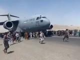 Cảnh người dân bám và chạy theo khi chiếc C-17 cất cánh (Ảnh: Đông Phương).