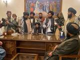 Binh lính Taliban trong Phòng Tổng thống tại thủ đô Kabul chiều 15/8 (Ảnh: AP).
