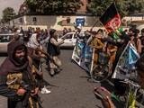 Những người biểu tình chống Taliban đối đầu với lính Taliban trên đường phố Kabul hôm 19/8 (Ảnh: The New York Times).