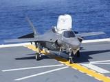 Máy bang tiêm kích tàng hình F-35B hạ cánh thành công trên tàu Izumo (Ảnh: Đông Phương).