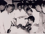 Các đồng chí trong Bộ Chính trị bên giường bệnh của Hồ Chủ tịch