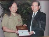 Chủ tịch nước Nguyễn Minh Triết tặng quà Thiếu tá Ngô Thị Oanh trong lần đến thăm Bệnh viện Trung ương Quân đội 108