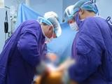 Các bác sĩ Bệnh viện TWQĐ 108 phẫu thuật cho bệnh nhân viêm cột sống dính khớp biến dạng rất nặng nề
