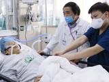 Các bác sĩ Bệnh viện Bạch Mai chăm sóc cho bệnh nhân