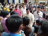 Ông Võ Hoàng Yên trong một lần chữa bệnh cho người dân huyện Tiên Phước (Quảng Nam). Ảnh: CTV