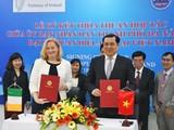 Chủ tịch UBND TP Đà Nẵng Huỳnh Đức Thơ và bà Cáit Moran, Đại sứ Ai-len tại Việt Nam tại buổi ký kết (ảnh: danang.gov.vn)