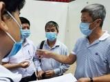 Thứ trưởng Bộ Y tế Nguyễn Trường Sơn trực tiếp kiểm tra việc xây dựng Bệnh viện Dã chiến ở Đà Nẵng (Ảnh: Anh Văn)