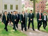 Thủ tướng Phan Văn Khải thăm Đại học Harvard nhân chuyến công du lịch sử đến Hoa Kỳ năm 2005. Đi bên trái Thủ tướng Phan Văn Khải là ông Thomas Vallely, Giám đốc Chương trình Việt Nam tại Harvard, ông Nguyễn Xuân Thành và Ben Wilkinson (cà vạt đỏ)
