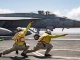 Tiêm kích F/A-18E Super Hornet chuẩn bị cất cánh từ boong tàu sân bay Ronald Reagan (Ảnh: US Navy)