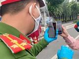 Nhiều người dân đã rút kinh nghiệm nên chủ động quét QR, đăng ký di biến động rồi sao lưu vào điện thoại trước khi rời nhà, tới chốt chặn thì đưa máy ra để lực lượng chức năng quét kiểm tra.