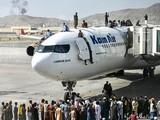Cảnh hỗn loạn tại sân bay khi Kabul thất thủ (Ảnh: DW)
