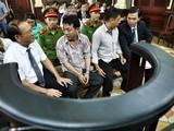 Nguyễn Minh Hùng và Nguyễn Mạnh Cường trước giờ xét xử - Ảnh: HỮU KHOA