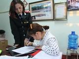 Bà Mông Thị Cúc tại buổi làm việc đã ký biên bản xử phạt và cam kết không tái phạm