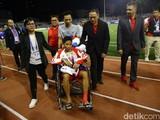Evan Dimas bị chấn thương phải ngồi xe lăn (ảnh: Detik.com)