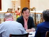 Ông Nhậm Chính Phi trả lời phỏng vấn báo chí Đức (Ảnh: Tuần báo Kinh tế)