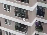 Video bé gái rơi từ tầng 12
