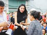 Thủy Tiên là nghệ sĩ kêu gọi được số tiền từ thiện lớn và đã hoạt động rất tích cực trong đợt cứu trợ người dân lũ lụt miền Trung năm 2021