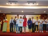 Ảnh: Đại diện CLB HAGL, đội trưởng Công Phượng đã trao chiếc áo thi đấu có logo IQLAC Pro cho nhà tài trợ VPMilk. (Ảnh: NLĐ)