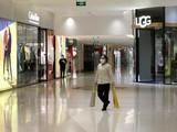 Một nhân viên vệ sinh làm việc trong trung tâm mua sắm nằm ở trung tâm thủ đô Bắc Kinh ngày 2/2 (Ảnh: Reuters)