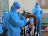 Nhân viên y tế lấy mẫu xét nghiệm virus SARS-CoV-2. Ảnh BYT.