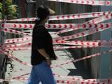 Người dân đi qua khu vực bị phong tỏa tại Đà Nẵng ngày 28/7