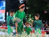 Hoa hậu Hà Kiều Anh trình diễn cùng ba con tại Lễ hội Áo dài 2019