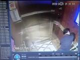 Hình cắt từ đoạn clip trong camera an ninh của tòa nhà chung cư Galaxy