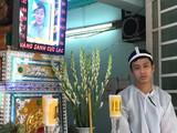 Con trai bệnh nhân Nguyễn Thị Trí đau buồn mất đi thân nhân sau 4 giờ nằm trong phòng cấp cứu