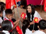 Các em học sinh vui mừng đón người chị đã mang vinh quang về cho vùng đất Tây Nguyên nắng gió