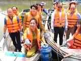 Công chúng bất ngờ với hình ảnh diễn viên – nghệ sỹ hài Thúy Nga đi xuồng dọc kênh Thị Nghè vớt rác thải nhựa