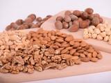 Hãy cảnh giác với thói quen ăn vặt các loại hạt