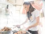 Á hậu Kim Duyên giản dị trong màu áo trắng, phụ gia đình bán cơm