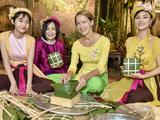 Siêu mẫu Vũ Thu Phương hào hứng hướng dẫn bạn bè quốc tế gói bánh chưng