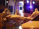 Nhân viên y tế cấp cứu bệnh nhân nhiễm virus Corona - Ảnh: EPA-EFE