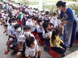Cô giáo hướng dẫn học sinh trường tiểu học An Bình (Thị xã Hồng Ngự, Đồng Tháp) cách đeo khẩu trang (Ảnh: Sở GD-ĐT Đồng Tháp)