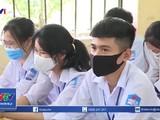 Học sinh Thái Bình đi học trở lại nhưng khó tách lớp do không đủ cơ sở và giáo viên (Ảnh: VTV1)