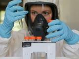 Một nhà khoa học làm việc trong phòng nghiên cứu vắcxin COVID-19 tại Matxcơva, Nga, ngày 6/8 - Ảnh- REUTERS