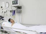 BS Lê Quốc Hùng, Trưởng khoa Bệnh nhiệt đới, BV Chợ Rẫy cho biết, nam bệnh nhân đến từ Vũng Tàu vẫn đang thở máy, sinh hiệu ổn, sức cơ vẫn còn yếu, sụp mi mắt hoàn toàn (Ảnh: BVCR)