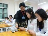 Không cấm mà cũng chẳng cho phép, Thông tư 32 đã trao quyền cho thầy cô và nhà trường cho học sinh sử dụng điện thoại trong lớp học. Ảnh: TT
