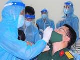 Việc xét nghiệm 1.800 nhân viên của Bệnh viện Quân y 175 kéo dài xuyên đêm 8/2 - Ảnh: Trần Chính