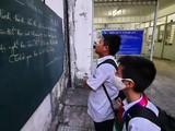 Học sinh Trường THCS - THPT Sương Nguyệt Anh (Q.10, TP.HCM) xem thông báo nghỉ học tránh dịch - Ảnh: Như Hùng
